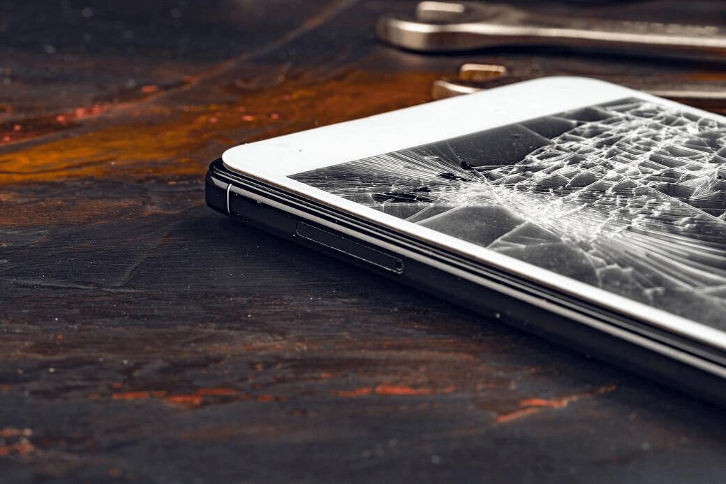 telefon z pękniętym ekranem z szybką lub wyświetlaczem do wymiany